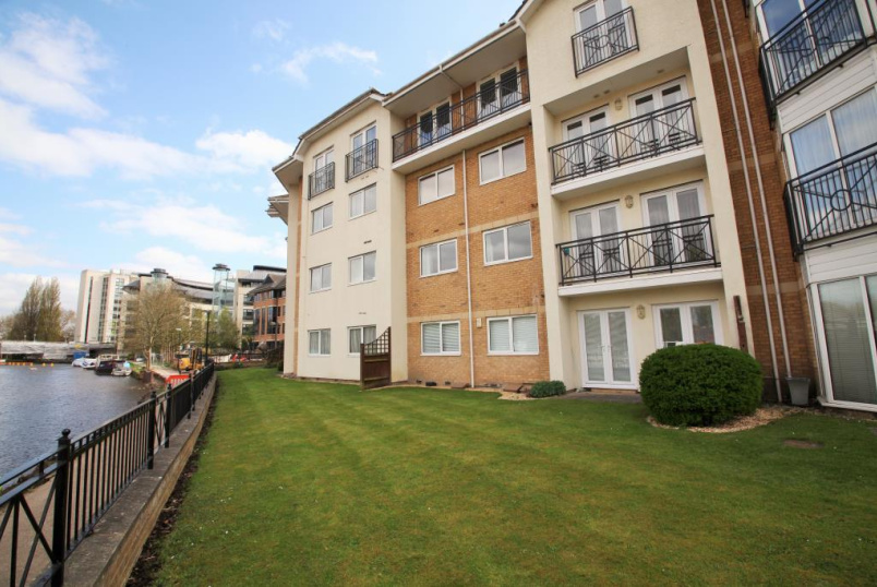 Flat/apartment to let - Thames Court, Norman Place, Reading, RG1