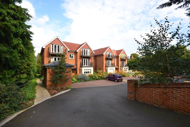 Flat/apartment to rent in Guildford - Pinewood House, 115 Epsom Road, Guildford, GU1