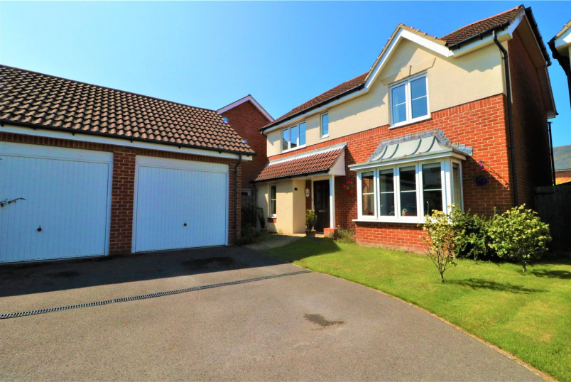 House for sale in Milford On Sea - Princess Royal Close, Lymington, SO41