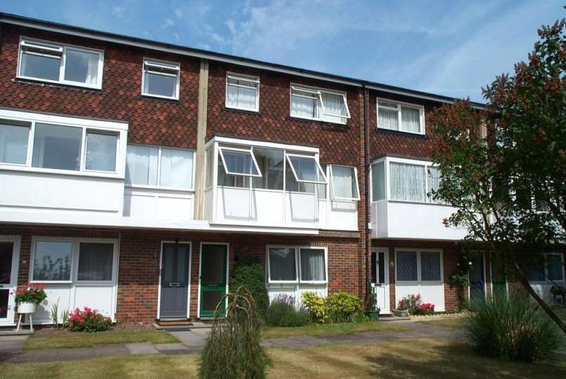 Maisonette to rent in Guildford - Glebe Court, Cross Lanes, Guildford, GU1