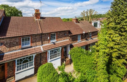 Close to Dorking High Street and Meadowbank park