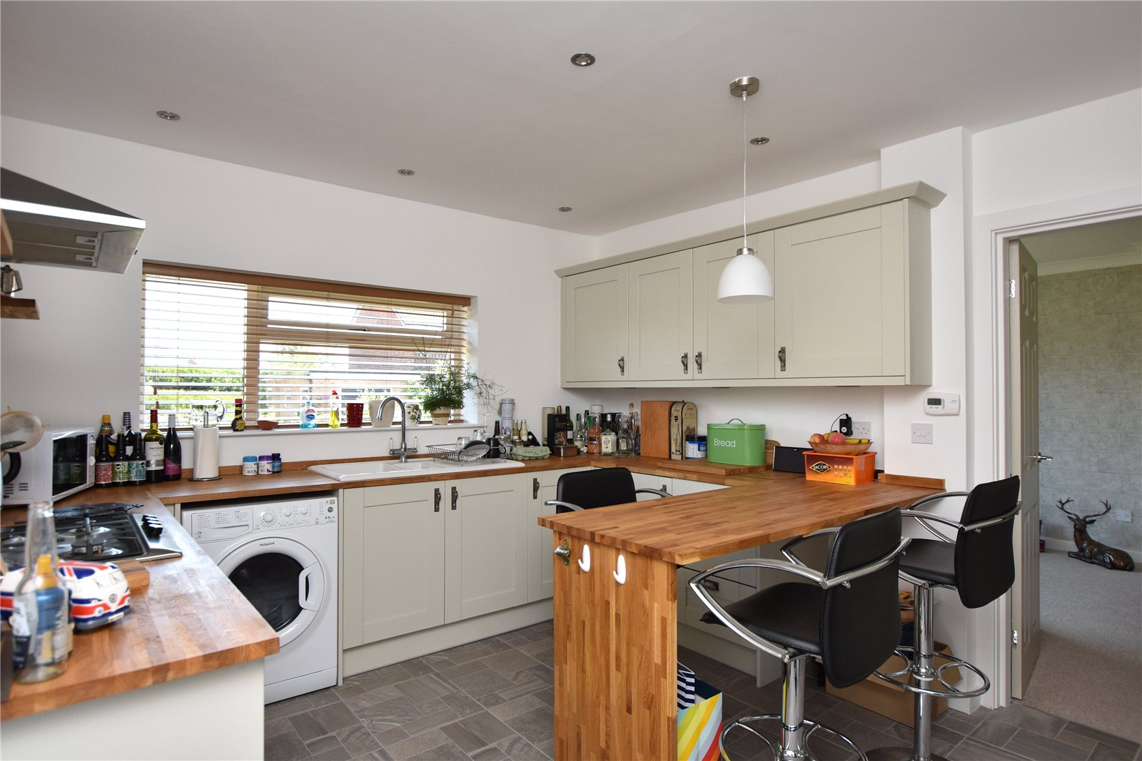 property to let in leeds, interior kitchen with breakfast bar, farm house cabinets