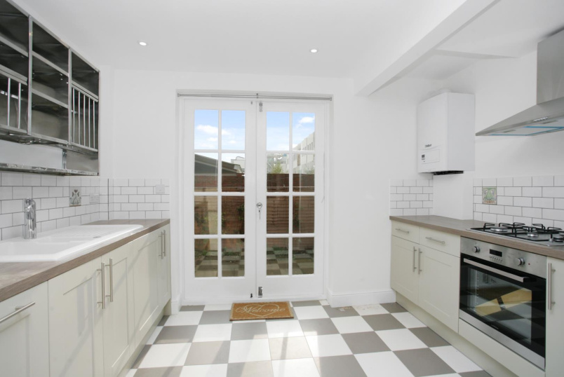 Flat/apartment to rent in North Kensington - Oakworth Road, London, W10