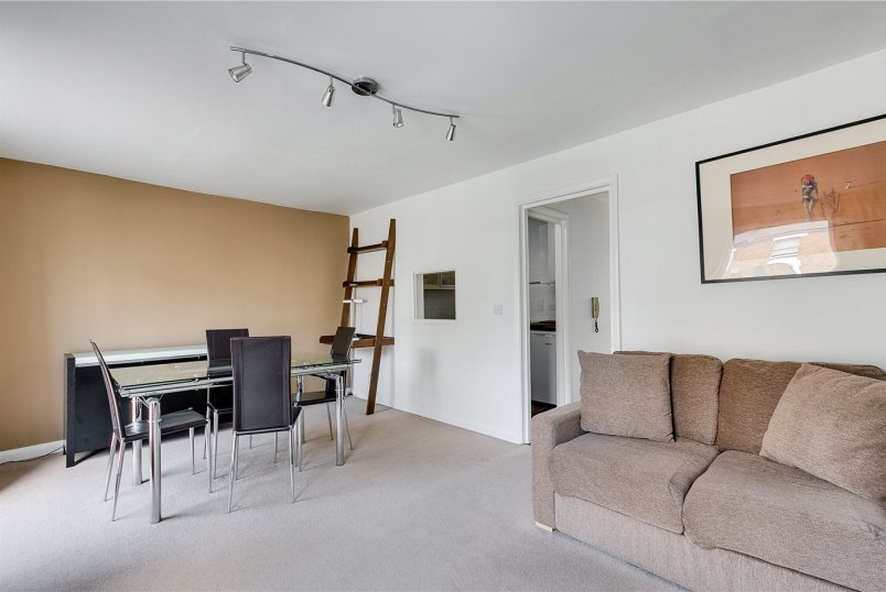 Flat/apartment for sale in Fulham & Parsons Green - Greyhound Road, Barons Court, London, W6