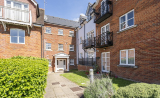 Modern two bedroom apartment within a short walk to Dorking high street