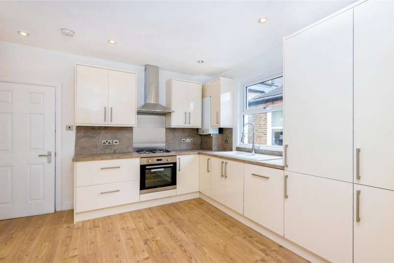 Maisonette to rent in Tooting - Glasford Street, London, SW17