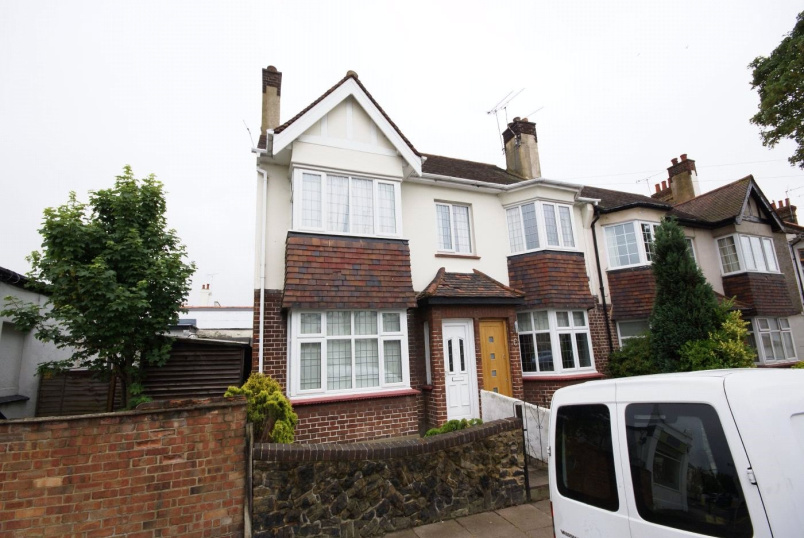 Flat/apartment to rent in  - Highcliff Drive, Leigh-on-Sea, Essex, SS9