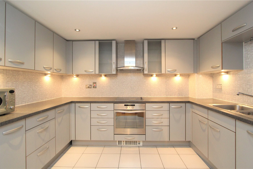 Flat/apartment to rent in Ealing & Acton - Mercury House, Heathcroft, London, W5