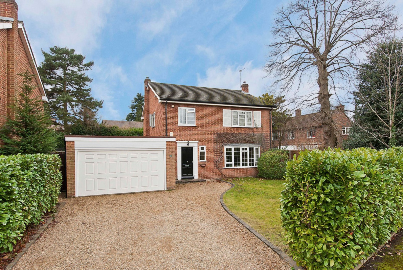 Detached house to rent in Weybridge - Woodland Grove, Weybridge, KT13
