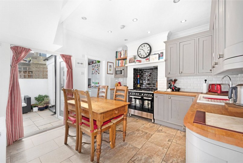 House for sale in Tooting - Leverson Street, London, SW16