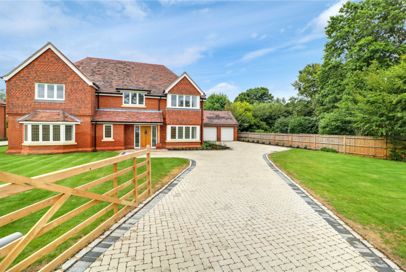 House for sale in Sunningdale - Bagshot Road, Chobham, GU24