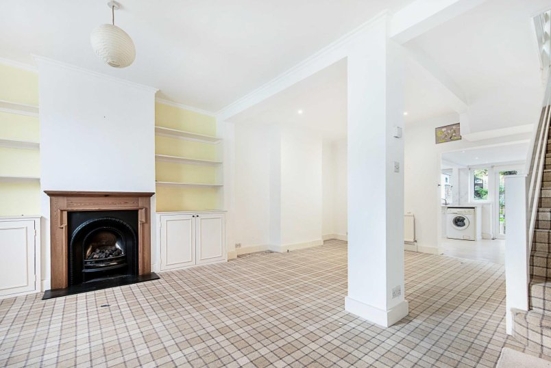 House - terraced for sale in Battersea - KNOWSLEY ROAD, SW11