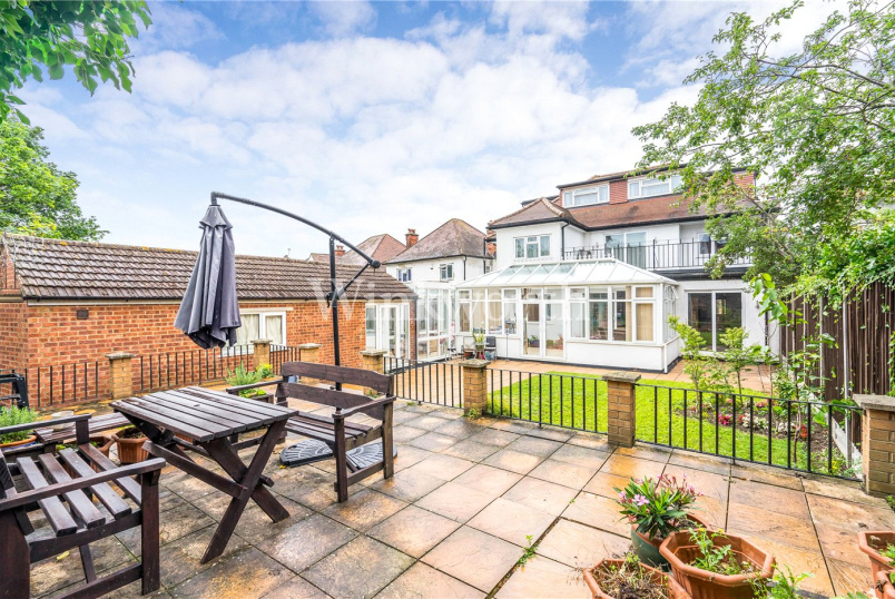 House for sale in Hendon - Alderton Crescent, London, NW4