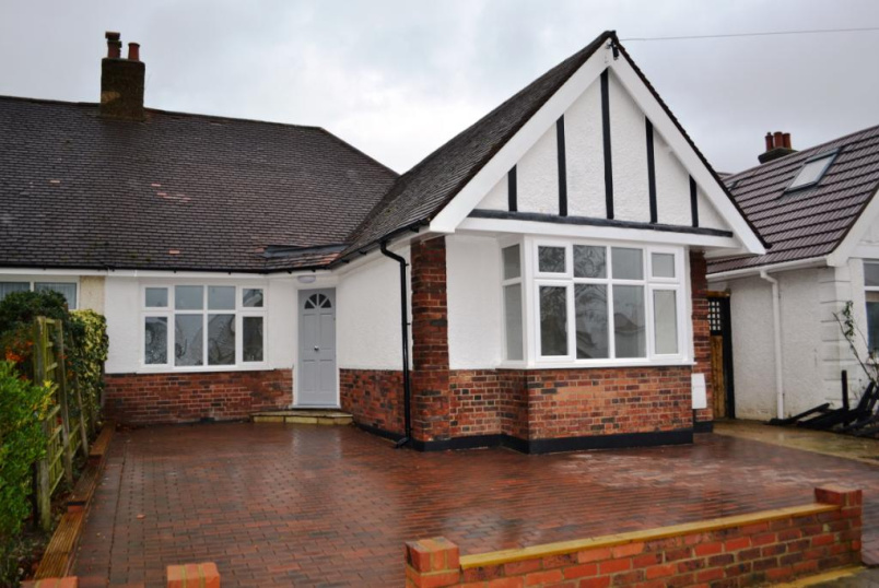Bungalow to rent in Barnet - Woodfall Avenue, Barnet, Herts, EN5