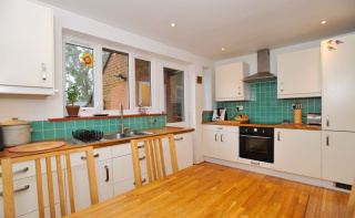 CHAIN FREE - Spacious 3 bed house, 0.9 miles from Haslemere Train Station & 160 yards from National Trust Land