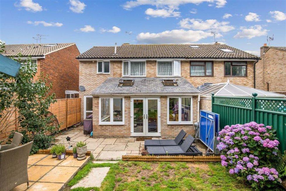 4 bedroom property for sale in Marlborough Way, Ashford ...