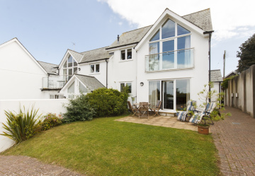 Ideal lock -up and leave enjoys Salcombe water views